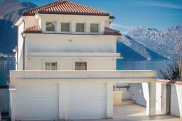 Фасад дома. Черногория, Доброта : Роскошная вилла с бассейном и видом на море, 50 метров от пляжа, 4 спальни, 3 ванные комнаты, барбекю, парковка, Wi-Fi