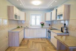 Кухня. Черногория, Доброта : Роскошная вилла с бассейном и видом на море, 50 метров от пляжа, 4 спальни, 3 ванные комнаты, барбекю, парковка, Wi-Fi