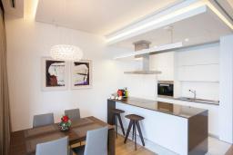 Кухня. Черногория, Будва : Роскошный апартамент с просторной гостиной, отдельной спальней и террасой с шикарным видом нам море