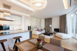 Гостиная. Черногория, Будва : Роскошный апартамент с просторной гостиной, отдельной спальней и террасой с шикарным видом нам море