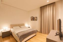 Спальня. Черногория, Будва : Роскошный апартамент с просторной гостиной, отдельной спальней и террасой с шикарным видом нам море