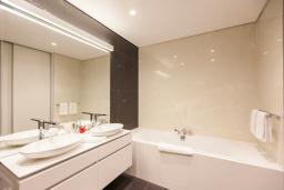 Ванная комната. Черногория, Будва : Роскошный апартамент с просторной гостиной, отдельной спальней и террасой с шикарным видом нам море