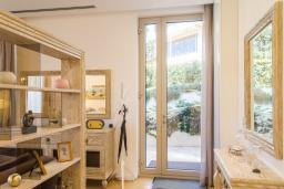 Гостиная. Черногория, Будва : Роскошный апартамент с просторной гостиной, двумя спальнями, двумя ванными комнатами и террасой с шикарным видом нам море