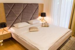 Спальня. Черногория, Будва : Роскошный апартамент с просторной гостиной, двумя спальнями, двумя ванными комнатами и террасой с шикарным видом нам море