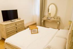 Спальня 2. Черногория, Будва : Роскошный апартамент с просторной гостиной, двумя спальнями, двумя ванными комнатами и террасой с шикарным видом нам море