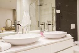 Ванная комната. Черногория, Будва : Роскошный апартамент с просторной гостиной, двумя спальнями, двумя ванными комнатами и террасой с шикарным видом нам море