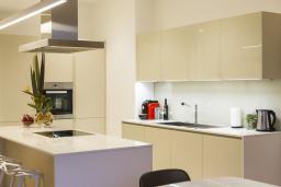 Кухня. Черногория, Будва : Роскошный апартамент с просторной гостиной, двумя спальнями, двумя ванными комнатами и террасой с шикарным видом нам море