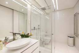 Ванная комната. Черногория, Будва : Роскошный пентхаус с просторной гостиной, двумя спальнями, двумя ванными комнатами и большой террасой с шикарным видом нам море