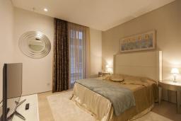 Спальня. Черногория, Будва : Роскошный пентхаус с просторной гостиной, двумя спальнями, двумя ванными комнатами и большой террасой с шикарным видом нам море