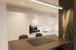 Кухня. Черногория, Будва : Роскошный пентхаус с просторной гостиной, двумя спальнями, двумя ванными комнатами и большой террасой с шикарным видом нам море