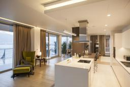 Гостиная. Черногория, Будва : Роскошный пентхаус с просторной гостиной, двумя спальнями, двумя ванными комнатами и большой террасой с шикарным видом нам море