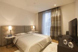 Спальня. Черногория, Будва : Роскошный пентхаус с просторной гостиной, тремя спальнями, двумя ванными комнатами и большой террасой с шикарным видом нам море