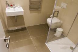 Ванная комната 2. Черногория, Будва : Роскошный пентхаус с просторной гостиной, тремя спальнями, двумя ванными комнатами и большой террасой с шикарным видом нам море