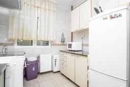 Кухня. Черногория, Будва : Прекрасный дом с зеленым двориком, 2 спальни, парковка, Wi-Fi