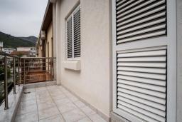 Балкон. Черногория, Будва : Прекрасный дом с зеленым двориком, 2 спальни, парковка, Wi-Fi