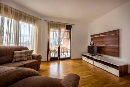 Гостиная. Черногория, Рафаиловичи : Уютный апартамент для 4-6 человек, с большой гостиной, с 2-мя отдельными спальнями, 50 метров до моря