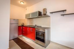 Кухня. Черногория, Рафаиловичи : Уютный апартамент для 4-6 человек, с большой гостиной, с 2-мя отдельными спальнями, 50 метров до моря