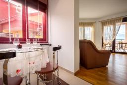 Обеденная зона. Черногория, Рафаиловичи : Уютный апартамент для 4-6 человек, с большой гостиной, с 2-мя отдельными спальнями, 50 метров до моря