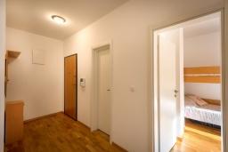 Коридор. Черногория, Рафаиловичи : Уютный апартамент для 4-6 человек, с большой гостиной, с 2-мя отдельными спальнями, 50 метров до моря
