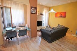 Гостиная. Черногория, Игало : Шикарный апартамент в 30 метрах от моря, с большой гостиной, двумя спальнями и двумя балконами