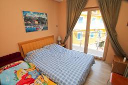 Спальня. Черногория, Игало : Шикарный апартамент в 30 метрах от моря, с большой гостиной, двумя спальнями и двумя балконами