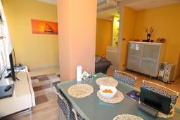 Обеденная зона. Черногория, Игало : Шикарный апартамент в 30 метрах от моря, с большой гостиной, двумя спальнями и двумя балконами