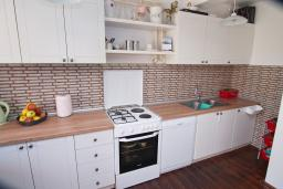 Кухня. Черногория, Доброта : Уютный апартамент в 40 метрах от моря, с гостиной, двумя спальнями и террасой