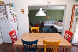 Обеденная зона. Черногория, Доброта : Уютный апартамент в 40 метрах от моря, с гостиной, двумя спальнями и террасой