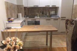 Кухня. Черногория, Будва : Современный апартамент в 50 метров до пляжа, с гостиной, отдельной спальней и балконом с шикарным видом на море