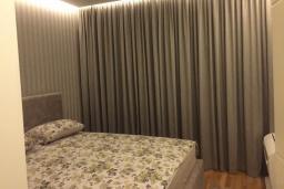 Спальня. Черногория, Будва : Современный апартамент в 50 метров до пляжа, с гостиной, отдельной спальней и балконом с шикарным видом на море
