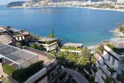 Вид на море. Черногория, Будва : Современный апартамент в 50 метров до пляжа, с гостиной, отдельной спальней и балконом с шикарным видом на море