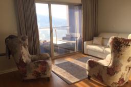 Гостиная. Черногория, Будва : Современный апартамент в 50 метров до пляжа, с гостиной, отдельной спальней и балконом с шикарным видом на море