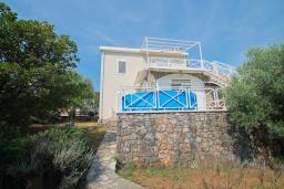 Фасад дома. Черногория, Бигова : Уютная вилла в комплексе с бассейном, 3 спальни, 2 ванные комнаты, патио, барбекю, зеленый дворик, парковка, Wi-Fi