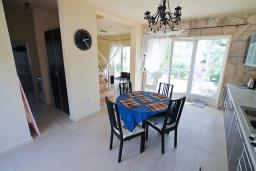 Кухня. Черногория, Бигова : Уютная вилла в комплексе с бассейном, 3 спальни, 2 ванные комнаты, патио, барбекю, зеленый дворик, парковка, Wi-Fi