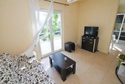 Гостиная. Черногория, Бигова : Уютная вилла в комплексе с бассейном, 3 спальни, 2 ванные комнаты, патио, барбекю, зеленый дворик, парковка, Wi-Fi