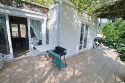 Терраса. Черногория, Бигова : Уютная вилла в комплексе с бассейном, 3 спальни, 2 ванные комнаты, патио, барбекю, зеленый дворик, парковка, Wi-Fi