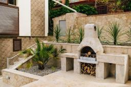 Терраса. Черногория, Крашичи : Прекрасная вилла с бассейном и зеленым двориком, 40 метров до пляжа, 5 спален, 5 ванных комнат, барбекю, парковка, Wi-Fi