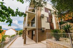 Фасад дома. Черногория, Крашичи : Прекрасная вилла с бассейном и зеленым двориком, 40 метров до пляжа, 5 спален, 5 ванных комнат, барбекю, парковка, Wi-Fi