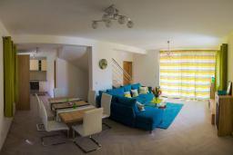 Гостиная. Черногория, Крашичи : Прекрасная вилла с бассейном и зеленым двориком, 40 метров до пляжа, 5 спален, 5 ванных комнат, барбекю, парковка, Wi-Fi
