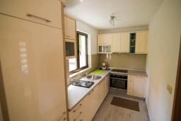 Кухня. Черногория, Крашичи : Прекрасная вилла с бассейном и зеленым двориком, 40 метров до пляжа, 5 спален, 5 ванных комнат, барбекю, парковка, Wi-Fi