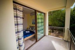 Балкон. Черногория, Крашичи : Прекрасная вилла с бассейном и зеленым двориком, 40 метров до пляжа, 5 спален, 5 ванных комнат, барбекю, парковка, Wi-Fi