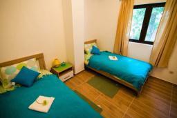 Спальня 3. Черногория, Крашичи : Прекрасная вилла с бассейном и зеленым двориком, 40 метров до пляжа, 5 спален, 5 ванных комнат, барбекю, парковка, Wi-Fi