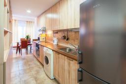 Кухня. Черногория, Обала Джурашевича : Уникальная вилла на берегу залива, 9 спален, 8 ванных комнаты, парковка, Wi-Fi