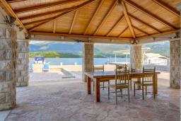 Терраса. Черногория, Обала Джурашевича : Уникальная вилла на берегу залива, 9 спален, 8 ванных комнаты, парковка, Wi-Fi