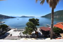 Вид на море. Черногория, Игало : Современный апартамент в 30 метрах от пляжа, с гостиной, отдельной спальней и балконом с видом на море
