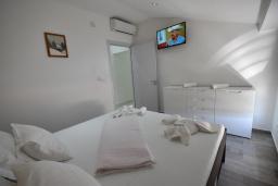 Спальня. Черногория, Игало : Современный апартамент в 30 метрах от пляжа, с гостиной, отдельной спальней и балконом с видом на море