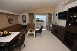 Гостиная. Черногория, Игало : Современный апартамент в 30 метрах от пляжа, с гостиной, отдельной спальней и балконом с видом на море