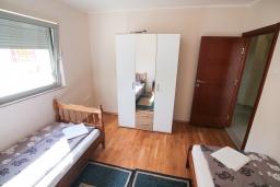 Спальня 2. Черногория, Игало : Современный апартамент в центре Игало и в 30 метрах от пляжа, с просторной гостиной, двумя спальнями и балконом