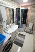 Ванная комната. Черногория, Игало : Современный апартамент в центре Игало и в 30 метрах от пляжа, с просторной гостиной, двумя спальнями и балконом