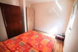 Спальня. Черногория, Игало : Современный апартамент в центре Игало и в 30 метрах от пляжа, с просторной гостиной, двумя спальнями и балконом